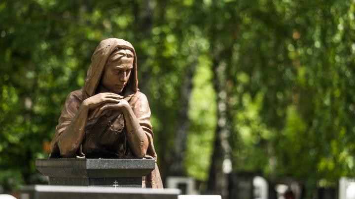 Все там будем: истории городских кладбищ — там хоронили старух с колом в груди и цыган с телевизором