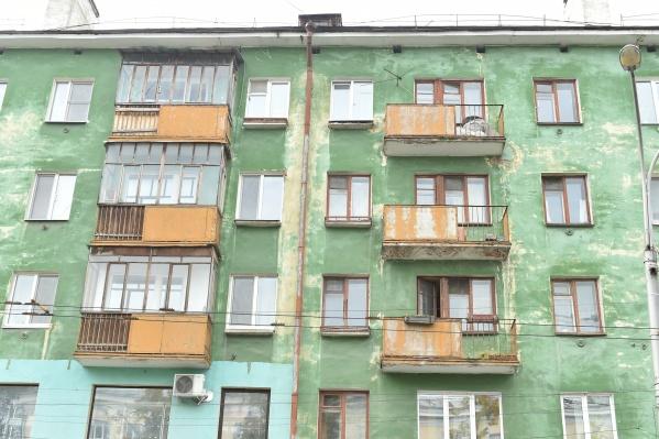 Фасад этого дома на Компросе, 17 тоже будут красить, а балконы остеклять