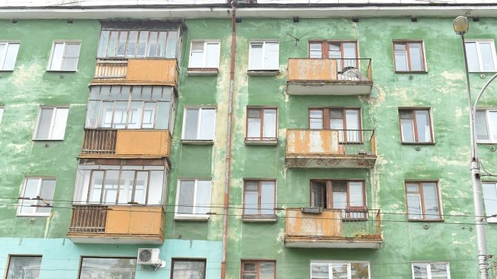 Алюминий и профиль ПВХ: в Перми балконы домов на Комсомольском проспекте остеклят в едином стиле