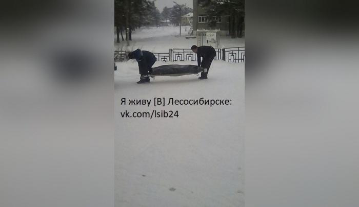 Личные проблемы называются причиной смерти мужчины во дворе школы в Лесосибирске