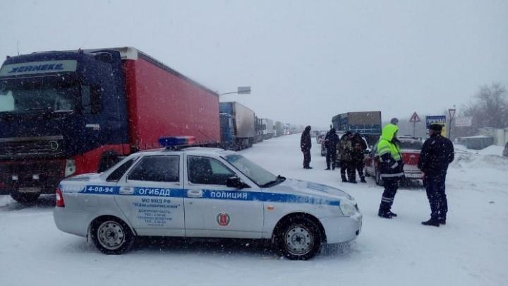 Десятки ДТП и 20-километровые пробки: в Волгограде возбудили больше 100 дел на ленивых дорожников