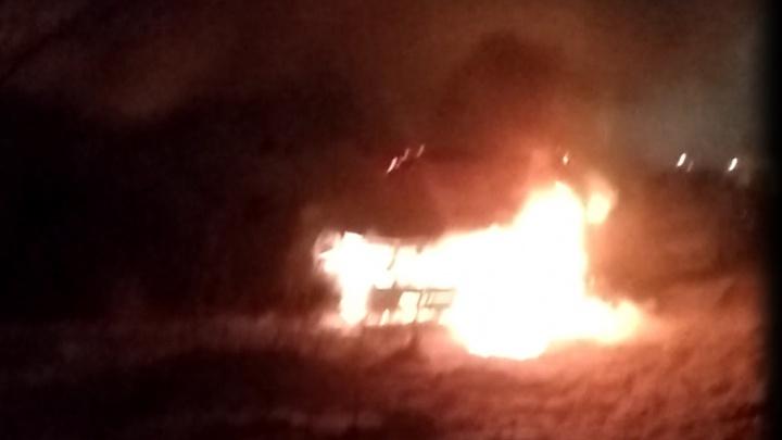 На улице Краснолесья дотла выгорела Toyota RAV4
