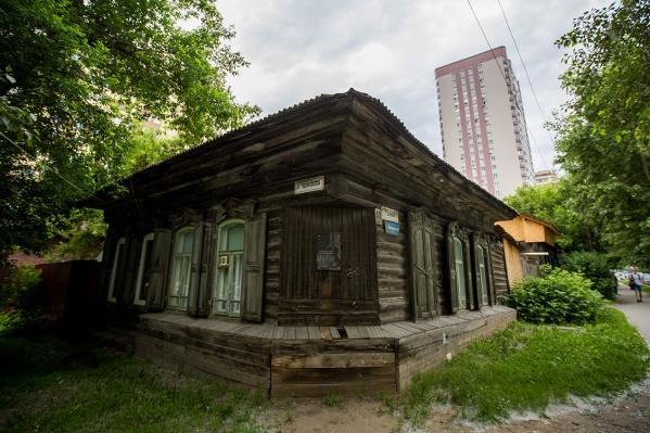 Соседние дома на Ядринцевской, 61 и Семьи Шамшиных, 43 а — одни из последних сохранившихся частных домов в квартале