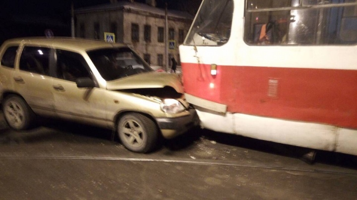 В центре СамарыChevrolet Niva лоб в лоб столкнулась с трамваем