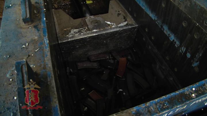 Видео: полицейские распилили и раздавилипрессом изъятое у красноярцев незаконное оружие