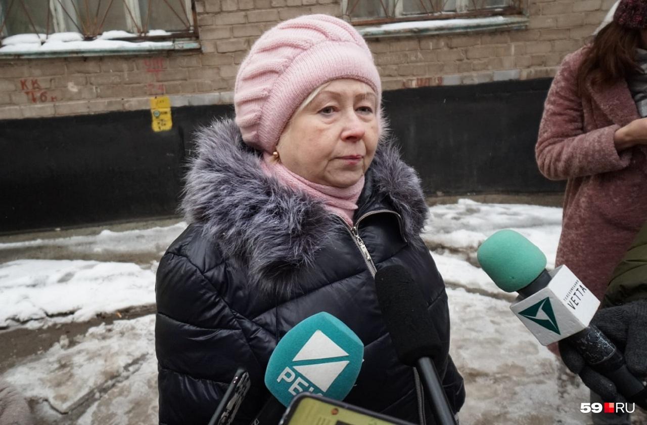Елена Юдина говорит, что эта авария не первая в их доме. Ранее из-за проблем с трубами людям пришлось две недели сидеть без горячей и холодной воды