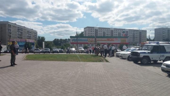 Из ТЦ на Северо-Чемском эвакуировали посетителей и работников: на место прибыла полиция