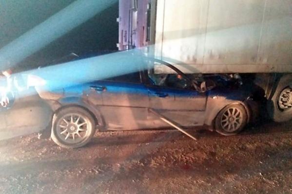 Водитель грузовика остановился, чтобы проверить исправность своей машины