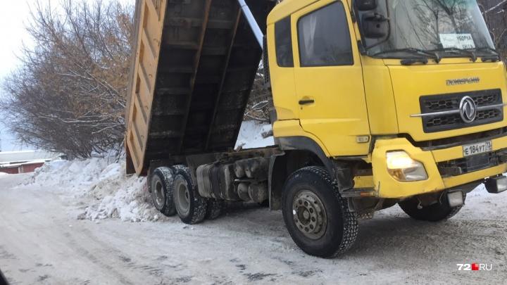 Тюменцы жалуются, что вместо полигона кучи снега рабочие сваливают на проезжую часть