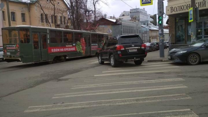 Короли парковки. Toyota и Mercedes ААА против трамвая и его пассажиров