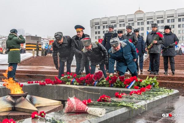 На площади Славы традиционно возложат венки и цветы к вечному огню горельефа