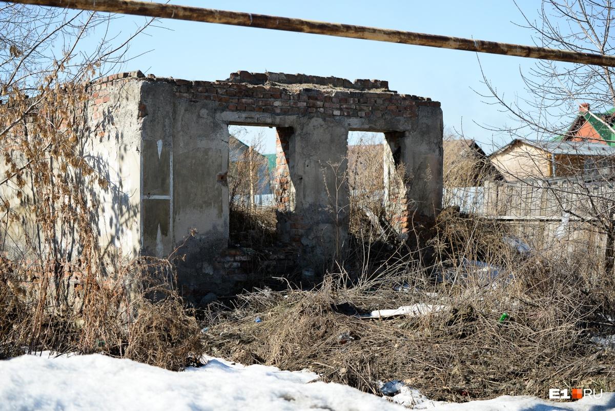 Есть на улице и разрушенные дома