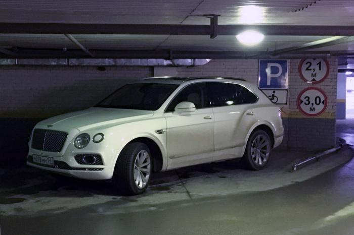 «Я паркуюсь как чудак»: джип Bentley за 17 миллионов двигает инвалидов