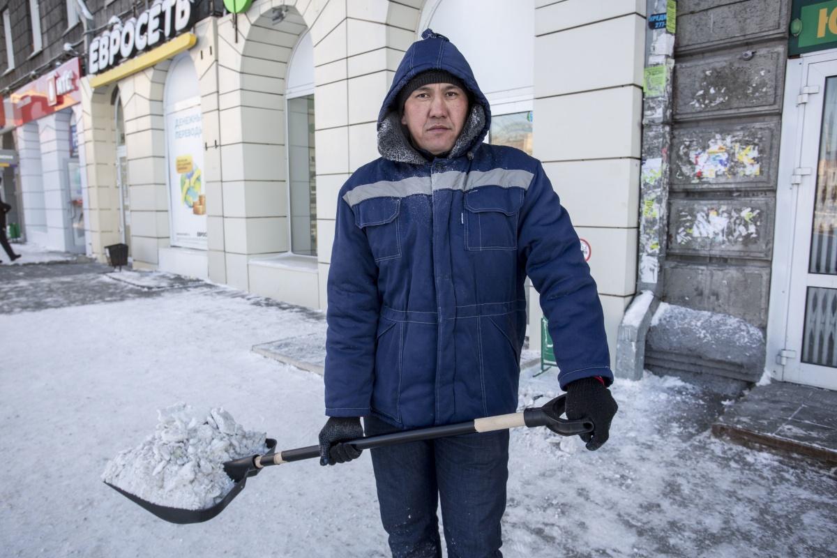 «Да мы расстёгнутые ходим»: 11 новосибирцев, которые целыми днями работают на улице и не мёрзнут