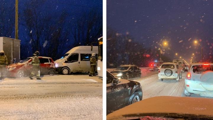 Южное шоссе встало в километровую пробку из-за аварии с четырьмя машинами