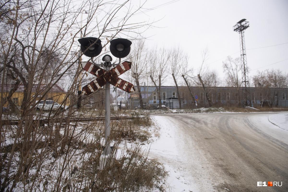 Территория завода — как маленький город. В общем-то, раньше почти так и было: до революции вокруг располагался поселок Верх-Исетск, который потом присоединили к Свердловску
