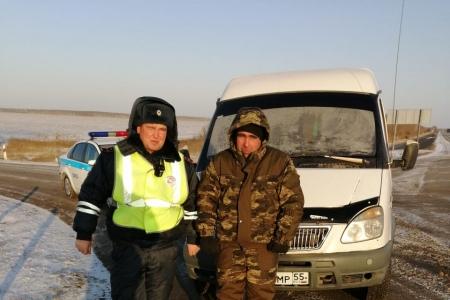 Полицейские спасли омича с мамой, которые замерзали на трассеТюмень — Омск