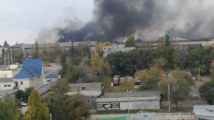 «Черным дымом заволокло все вокруг»: на западе Волгограда пожарные борются с огнем