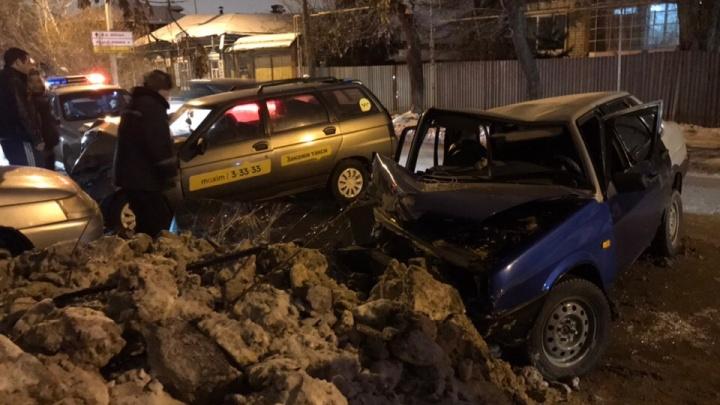 В Шадринске столкнулись два автомобиля ВАЗ: четыре человека пострадали