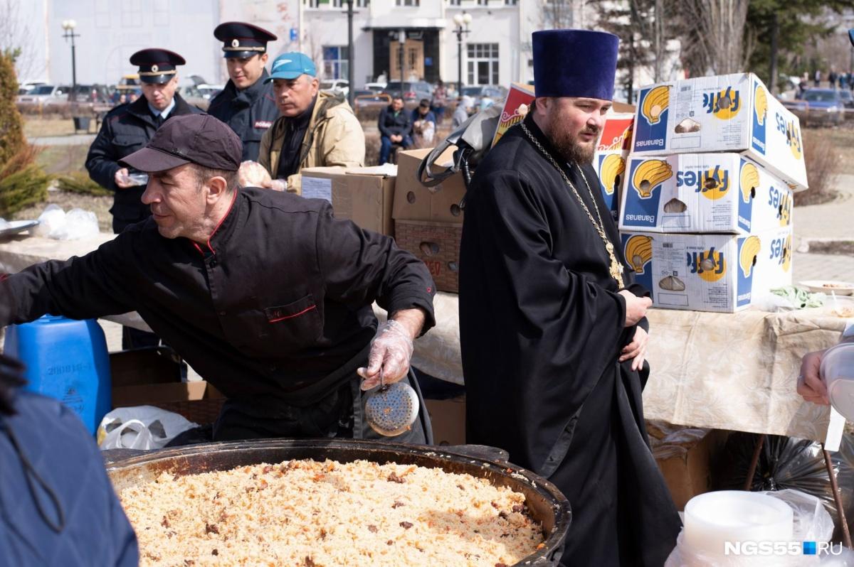 Какой праздник подмешали к Пасхе в Омске, сложно понять, но за церковью верующим раздавали узбекский плов. «Какой бы праздник у нас ни отмечали, всегда получается День города»,— резюмировала редакция NGS55.RU