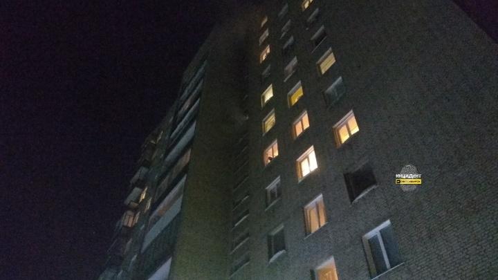 В Калининском районе загорелась многоэтажка