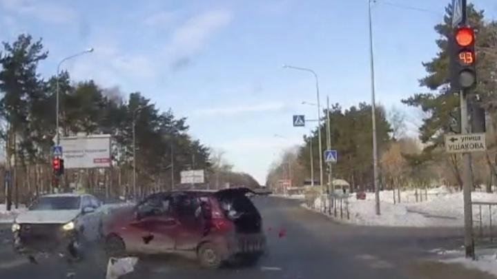 В ДТП на улице Дружбы, где такси проехало на красный и врезалось в Matiz, пострадали мама и дети