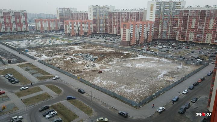 «Очевидно, захват земли»: на участке под школу в челябинском микрорайоне сделали платную стоянку
