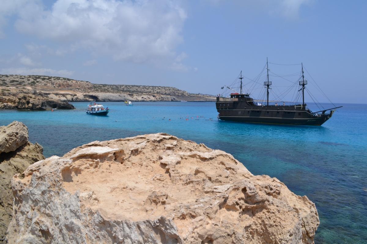 На берегу Кипра множество песчаных скал
