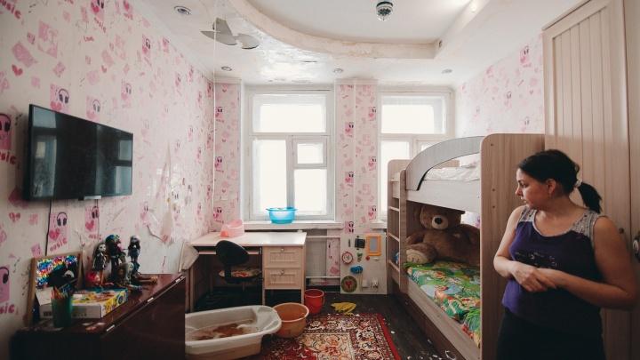Жителям старой трехэтажки в Тюмени УК предложила скинуться на уборку снега с протекающей крыши