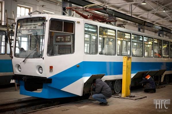 Отреставрированный московский трамвай из прошлой партии перед выходом на омские пути