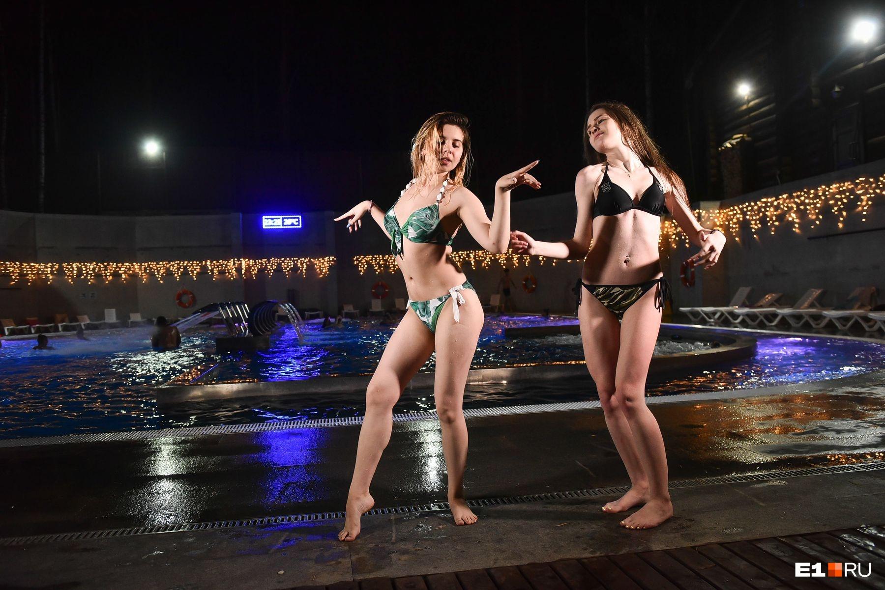 У бассейна играла музыка, и многие просто танцевали