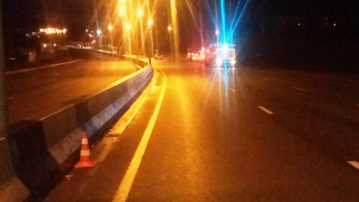 Hyundai Solaris улетел в кювет после удара об отбойник на Бердском шоссе
