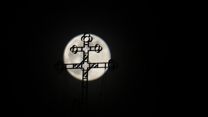 Огромная луна взошла в небе над Красноярском