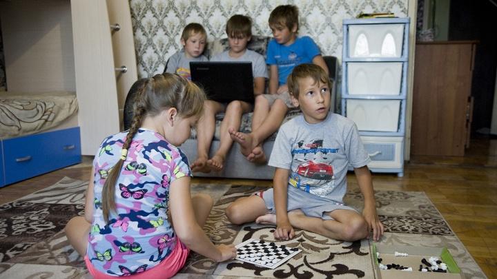 «Мы можем им помочь»: история семьи Брылуновых, воспитавшей 16 детей— своих и приемных