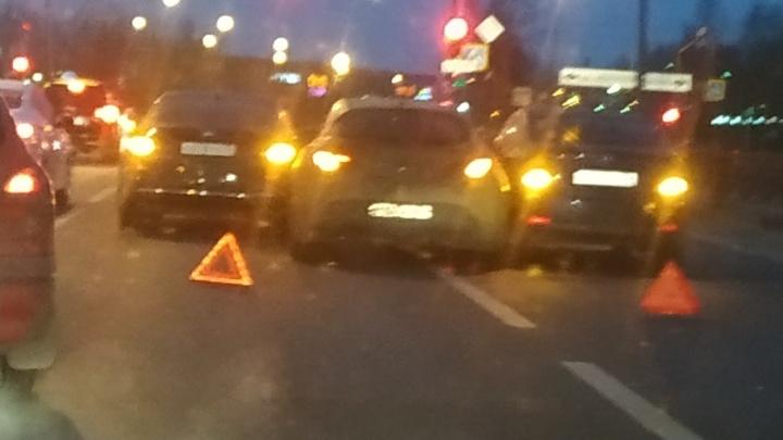«Каток на дороге»: утром на проспекте Фрунзе машины сталкивались пачками