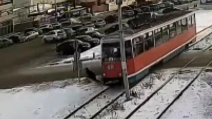 В Башкирии трамвай на полном ходу сбил человека, ДТП попало на видео
