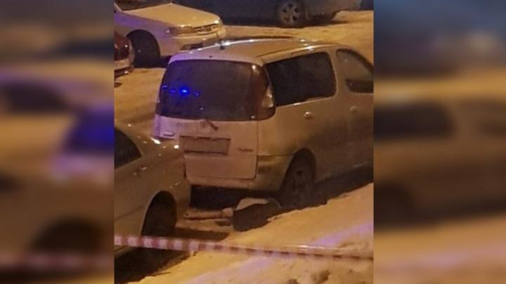 Неадекватный мужчина с тростью и иконой выпал из окна на припаркованный авто