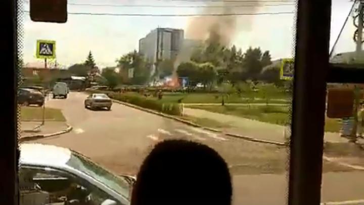 Дым от пожара застелил в жару улицу Копылова