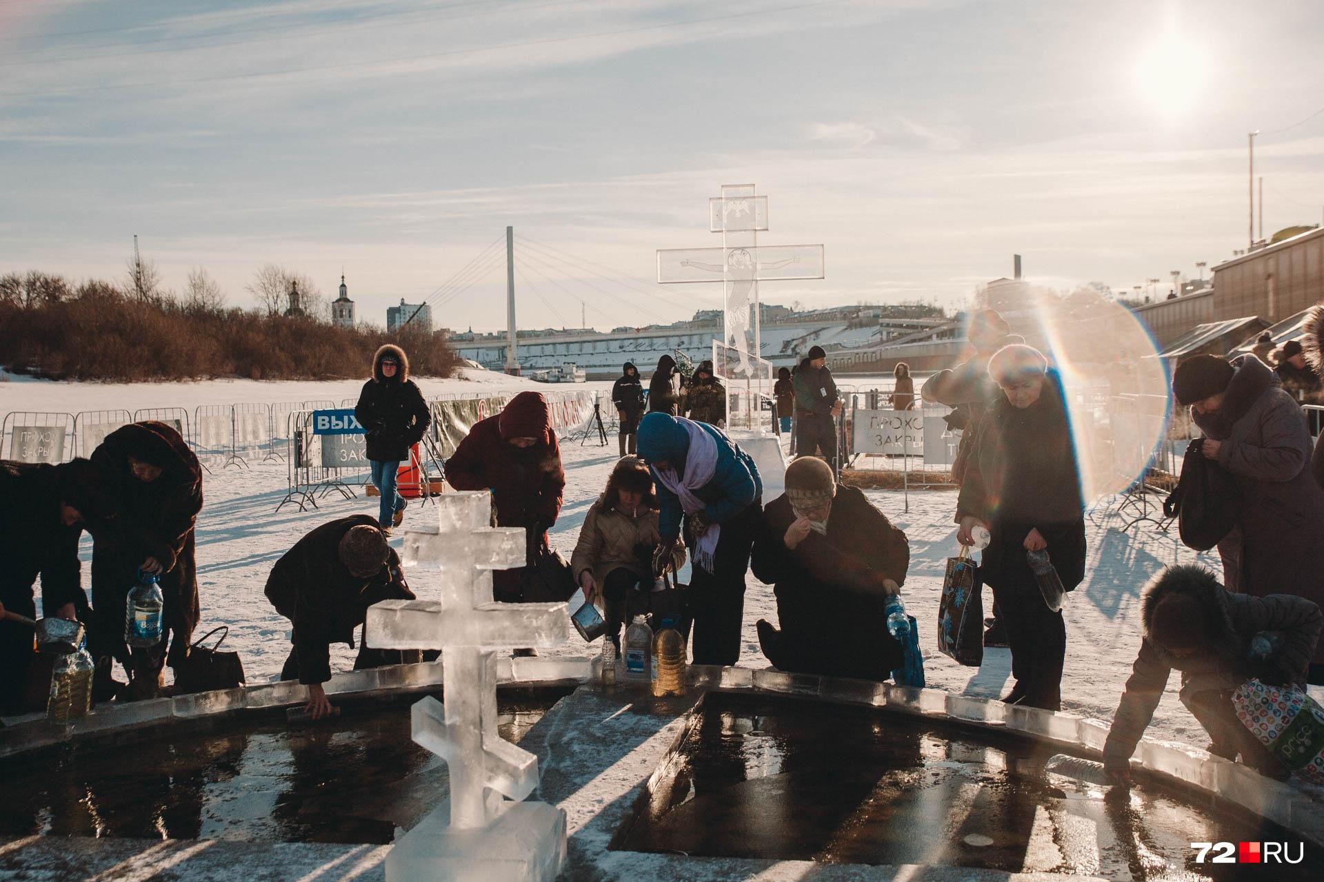 По предварительным подсчетам, в Крещении примут участие около 20 тысяч верующих. А вот на лёд смогут выйти одновременно не больше 50 человек. Проходы отслеживала и будет отслеживать на протяжении всего праздника полиция
