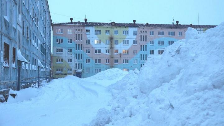«Окопались»: десятки машин остались на пьедесталах из снега до весны после работы трактора