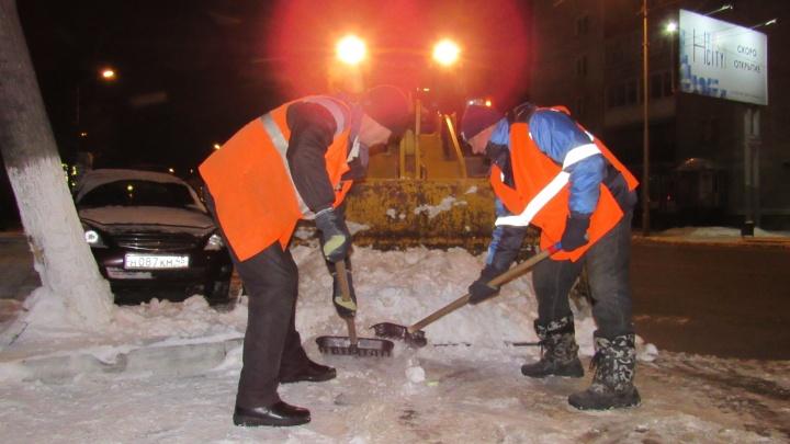 Денег осталось на семь снегопадов: как, чем и за сколько убирают ночной Курган