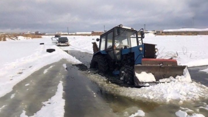 Курганцев просят не выходить на лёд: на прошлой неделе под воду ушёл снегоход, в выходные — трактор