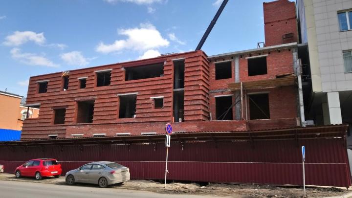 «Что здесь строят?»: у музтеатра возводят офисс фитнес-клубом компании одного из богатейших омичей