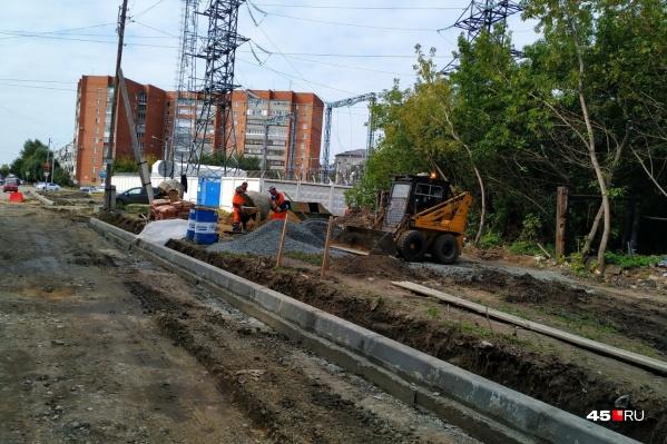 На улице Сибирской меняют всё: бортовой камень, тротуары, асфальт