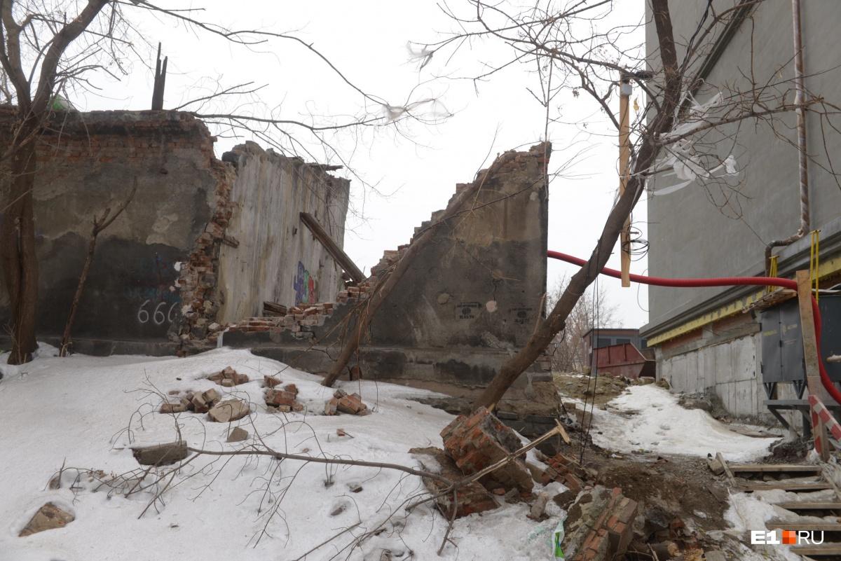 Жители дома на ВИЗе обвинили застройщика «мини-Тихвина» в разрушении старинного гаража-памятника
