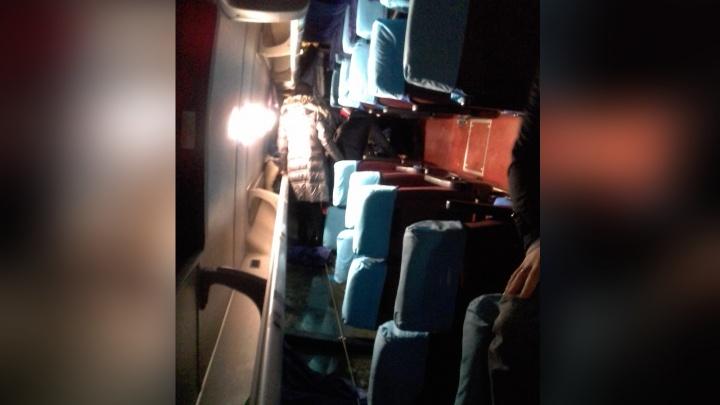 «Плавненько легли»: опубликовано видео из салона автобуса в первые секунды после опрокидывания
