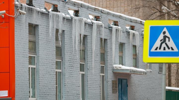 В Ростове на пенсионерку упала глыба льда