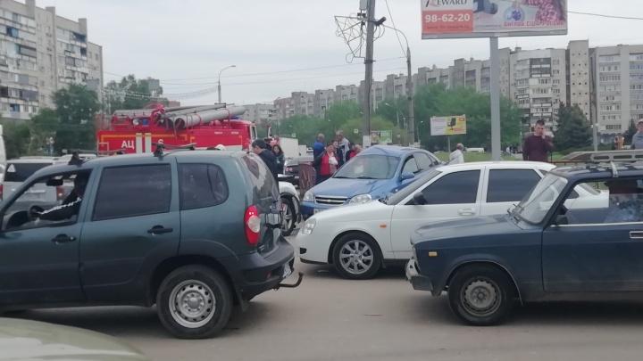 «Стоим в длинной пробке»: на юге Волгограда улетевшая с дороги иномарка протаранила две машины