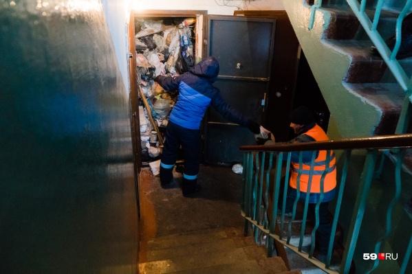 Бабушка из Мотовилихи полностью забила свою квартиру мусором. Чистить ее пришлось коммунальщикам