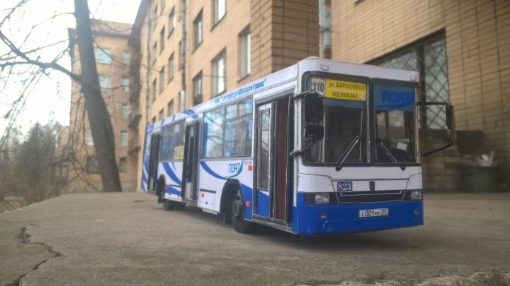 Бумажный НефАЗик: два кондуктора собирают реалистичные модели омских автобусов